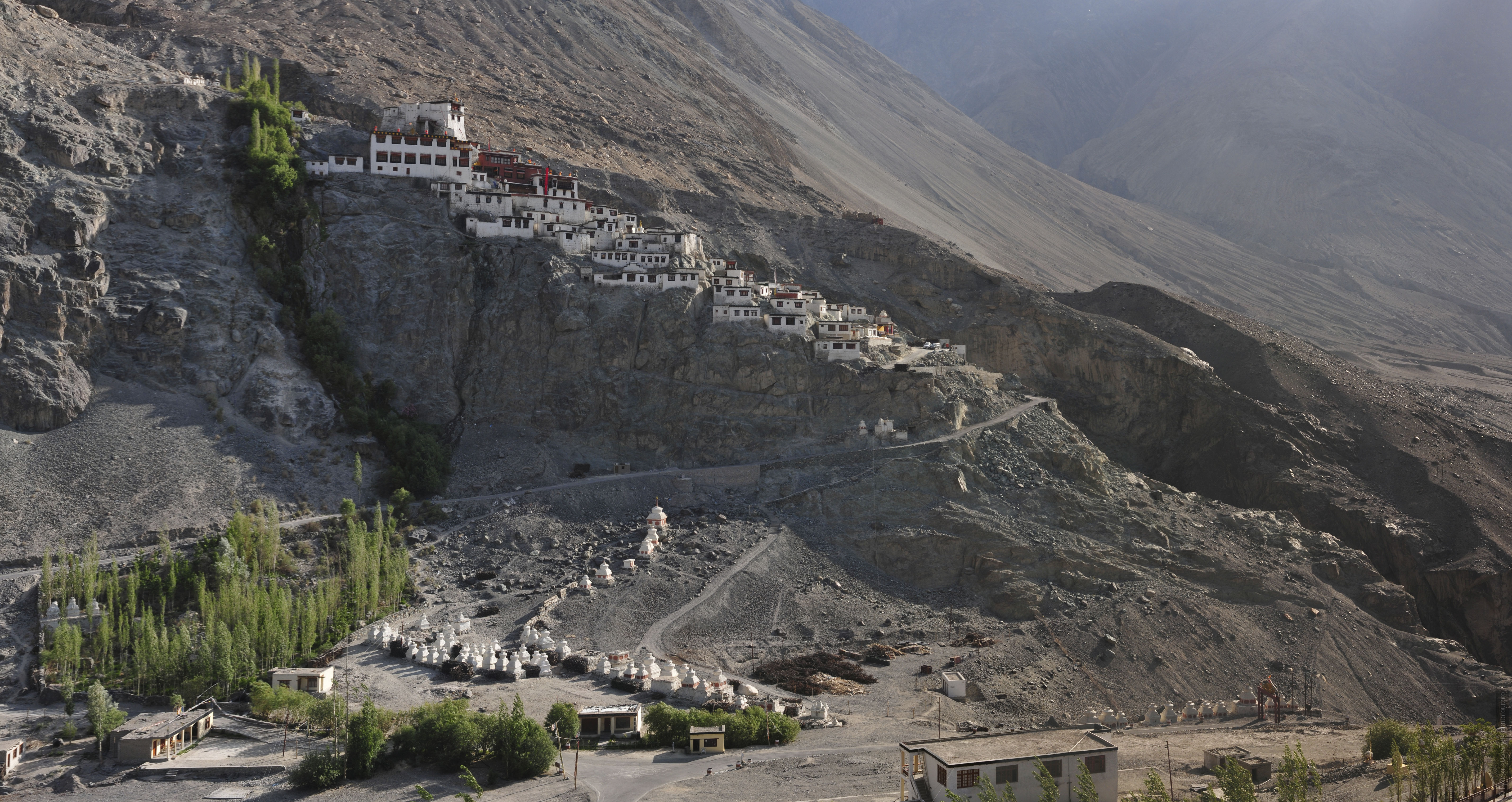 Photo Buddhist monastery-city disc Gonpa, Nubra, Ladakh. Pilgrimage Tour in Nubra valley, October 2017.