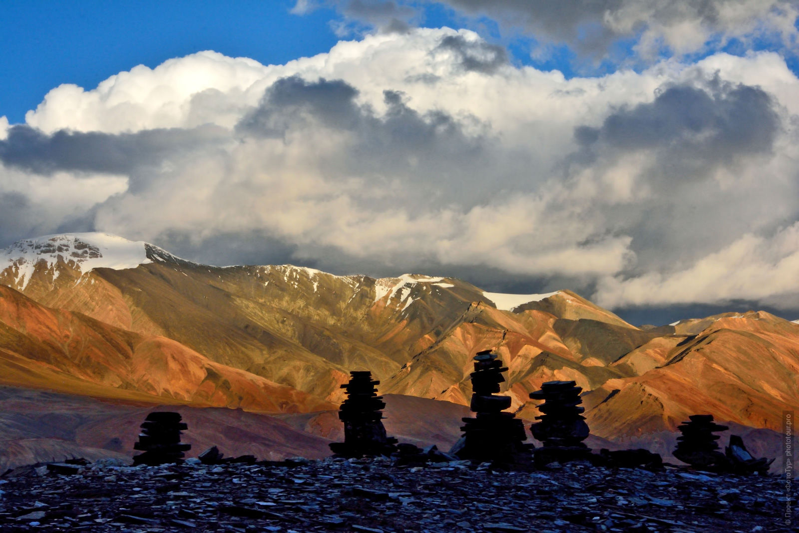 Buddhist stupas on the lake of Tso Moriri. Photo tour / tour Tibet of Lake-1: Pangong, Tso Moriri, Tso Kar, Tso Chiagar, Dance of Tsam on Lake Pangong, 19.06. - 28.06.2021.