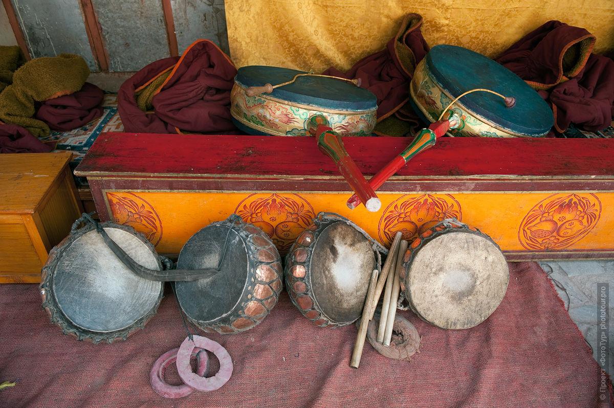 Буддийские барабаны в монастыре Сток Гонпа, Ладакх, Тибет.